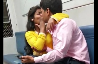 indian mumbai local train girl kissed her boyfriend